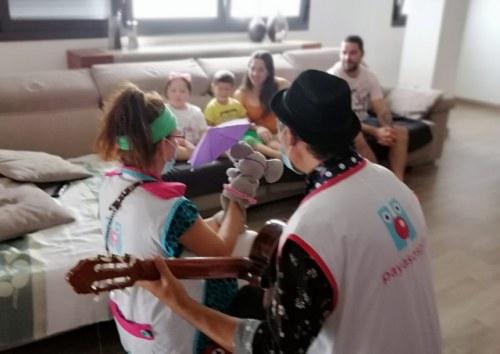 foto Payasospital visita a los pacientes pediátricos que reciben tratamiento en sus casas